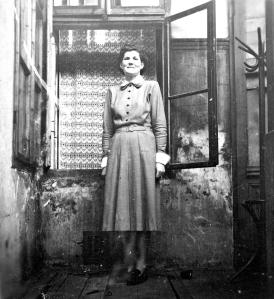 הדויג ביכלר (1920), סבתא שלי. בפתח הבית שאליו חזרה אחרי המלחמה, העיירה אצ׳ג, הונגריה