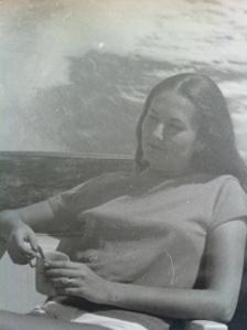 אמא שלי, בירח הדבש שלה באילת, שנת 1969 עם כוס קפה ביד.