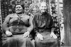 אמא של סבא שלי (משמאל) ואולי איזה דודה. יושבות בנחת.
