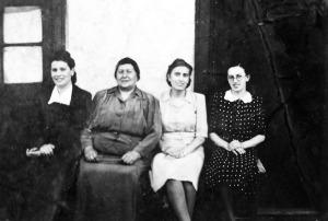 אמא של סבא שלי ושלוש אחיותיו בחזית הבית בשלגוטריין לפני המלחמה. היה להן אוצר סמוי של פנאי.